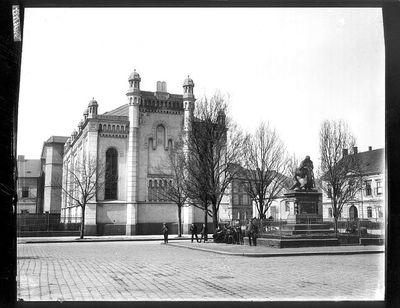 Image from object titled Synagoga a pomník bratranců Veverkových, v pozadí jezdecká kasárna na Palackého třídě, kolem roku 1900