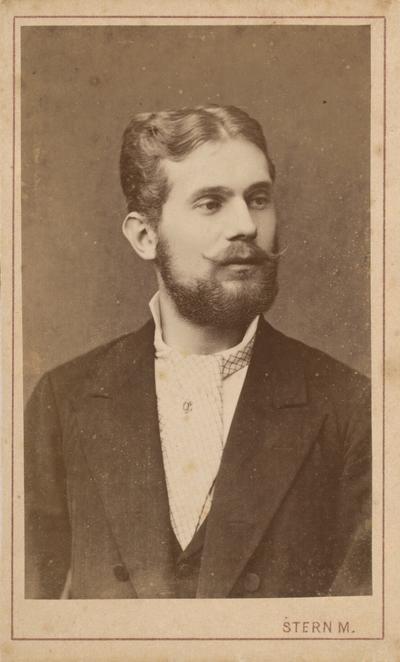 Muž s ihlicou v kravate
