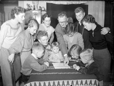 Image from object titled Gezin met 10 kinderen gaan emigreren