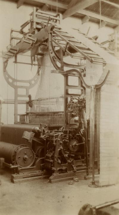 Image from object titled Jacquard weefgetouw in tapijtfabriek, van de firma Bijlard, aan de Groest 104-108