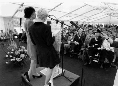 Image from object titled Groepsfoto van genodigden in een grote tent tijdens een toespraak van minister Hedy d'Ancona ter gelegenheid van de officiele opening van het Comeniusmuseum aan de Kloosterstraat