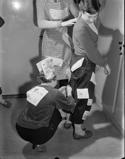 Image from object titled In de ruime hal van de Rijkskweekschool aan de Jonkerweg hebben de leerlingen vanmorgen tussen de lessen door als climax van een felle strijd een woelige verkiezingsmeeting gehouden. Verkiezingen schoolbestuur. (bron: De Gooi- en Eemlander)