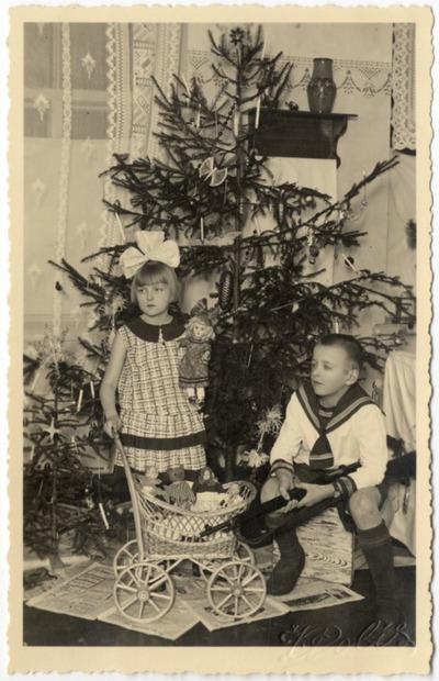Image from object titled Latvijas armijas karavīru bērni Ziemassvētkos Daugavpils cietoksnī