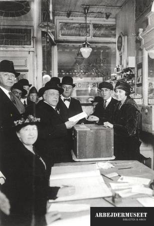 Image from object titled Samuel Gompers afgiver sin stemme