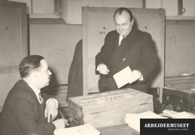 Image from object titled Parlamentet er opløst og nyvalg er i gang, her afgiver den afgående premierminister Spaak sin stemme