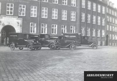 Horwitz Kattentid Den Samlede Flåde Opstillet Foran Fabrikken På