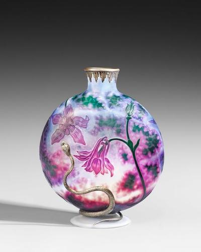 Image from object titled Vase mit Akaleidekor und silberner Schlange