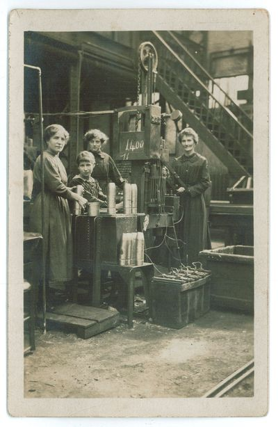Image from object titled Photographie de femmes fabricant des obus dans une usine