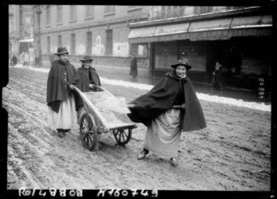 Image from object titled Paris, 8/3/17, femmes jetant du sel pour fondre la neige : [photographie de presse] / [Agence Rol]