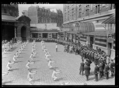 Image from object titled Caserne des Célestins, musique de la Garde anglaise [20 mai 1917, mouvements de gymnastique de groupe] : [photographie de presse] / [Agence Rol]