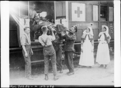 Image from object titled Dans les Flandres, évacuation des blessés [par train sanitaire] : [photographie de presse] / [Agence Rol]
