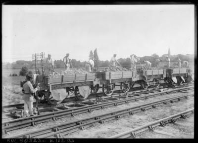 Image from object titled Prisonniers allemands à Bordeaux [employés au déchargement de wagons] : [photographie de presse] / [Agence Rol]