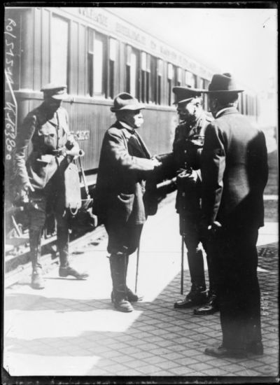 Image from object titled M. Clémenceau sur le front britannique causant au maréchal Douglas Haig (Bureau of Information) : [photographie de presse] / [Agence Rol]