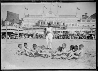 Image from object titled 10-8-19, Deauville [épreuve sportive pour garçonnets sur la plage devant le casino] : [photographie de presse] / [Agence Rol]