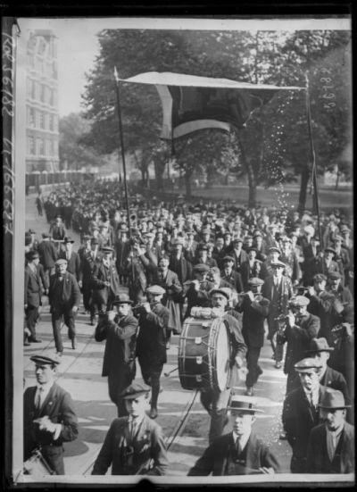 Image from object titled Grève des cheminots à Londres, réunion à St Pancras : [photographie de presse] / [Agence Rol]