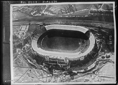 Image from object titled Vue en avion du nouveau stade à Wembley (le plus grand du monde, 126.500 places) : [photographie de presse] / [Agence Rol]