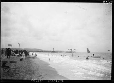 Image from object titled [La plage de Trouville et la jetée du chenal, août 1906] : [photographie de presse] / [Agence Rol]