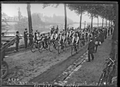 Image from object titled Le départ du Tour de France, 5 juillet 1909, Grande Jatte [Neuilly] : [photographie de presse] / [Agence Rol]