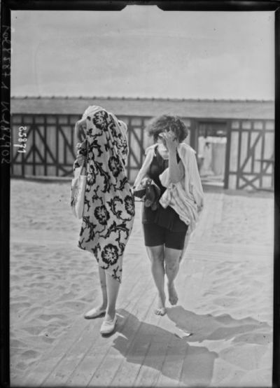 Image from object titled 6-8-23, plage de Deauville [deux baigneuses sur la plage] : [photographie de presse] / [Agence Rol]