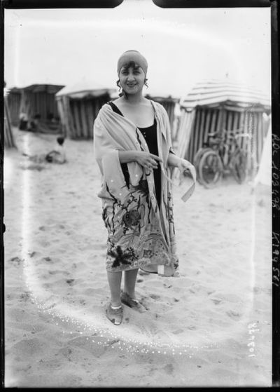 Image from object titled 14-8-25, Deauville, baigneuse : [photographie de presse] / [Agence Rol]