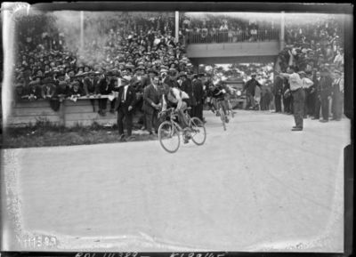 Image from object titled 18/7/26, Parc des Princes, arrivée du Tour de France : [photographie de presse] / [Agence Rol]