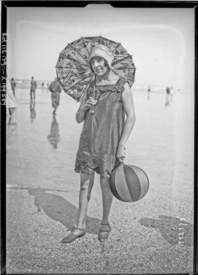 Image from object titled 19-8-26, Deauville, baigneuse sur la plage [Suzy Solidor] : [photographie de presse] / [Agence Rol]