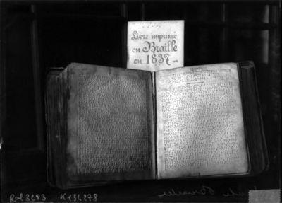 Image from object titled Ecole Braille [livre écrit en braille en 1837] : [photographie de presse] / [Agence Rol]