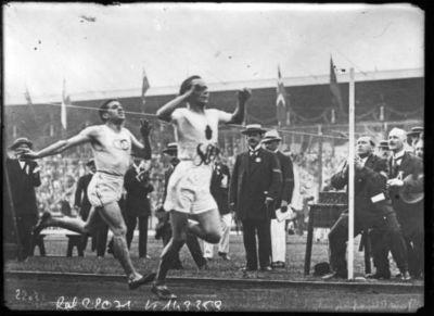 Image from object titled Jeux olympique de Stockholm, arrivée du 5000 mètre [10-7-12, Kolehmainen coiffe Jean Bouin sur le fil] : [photographie de presse] / [Agence Rol]