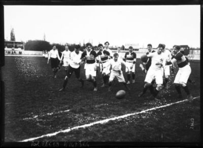 Image from object titled 13-4-13, Parc des princes, match Paris-Londres [de rugby opposant des sélections des deux capitales] : [photographie de presse] / [Agence Rol]