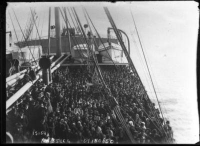 Image from object titled Emigrants, une arrivée [le pont d'un navire arrivant à Ellis Island remplis d'émigrants] : [photographie de presse] / [Agence Rol]