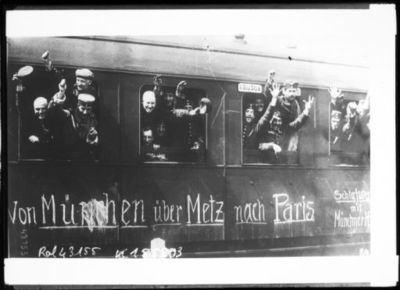 Image from object titled Soldats allemands quittant Munich [en train, pour aller à Paris] : [photographie de presse] / [Agence Rol]
