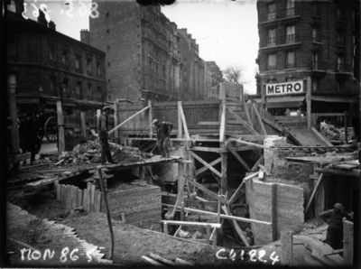 Image from object titled Travaux du métro : place Beaugrenelle : [photographie de presse] / Agence Mondial