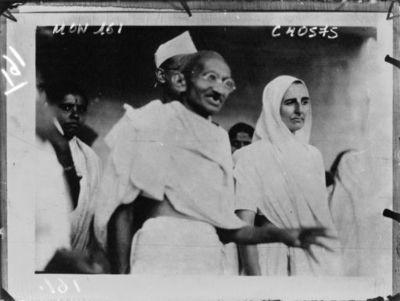 Image from object titled Gandhi, le leader hindou et Miss Slade, sa secrétaire anglaise condamnée à 3 mois de prison pour avoir refusé de quitter la ville : [photographie de presse] / Agence Mondial