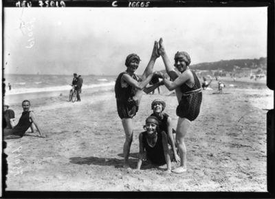 """Image from object titled Groupe de """"girls"""" sur la plage à Deauville : [photographie de presse] / Agence Meurisse"""