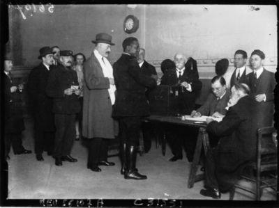 Image from object titled M. Doumergue, un nègre, un facteur dans une salle de vote : [photographie de presse] / Agence Meurisse
