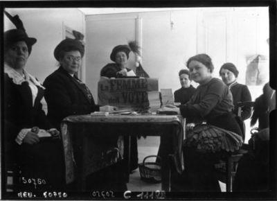 Image from object titled Le vote des femmes : section de vote à Montmartre : [photographie de presse] / Agence Meurisse