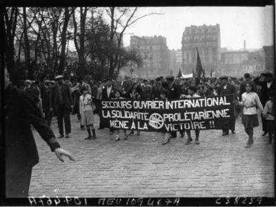 Image from object titled Vincennes : 1er mai, manifestation communiste : banderolles : [photographie de presse] / Agence Meurisse