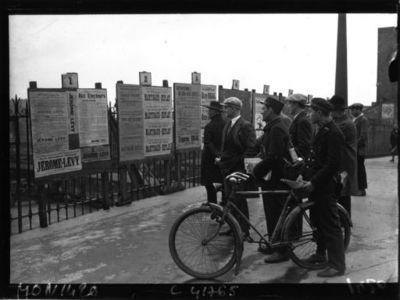 Image from object titled Panneaux électoraux, élections de 1932 : [photographie de presse] / Agence Mondial