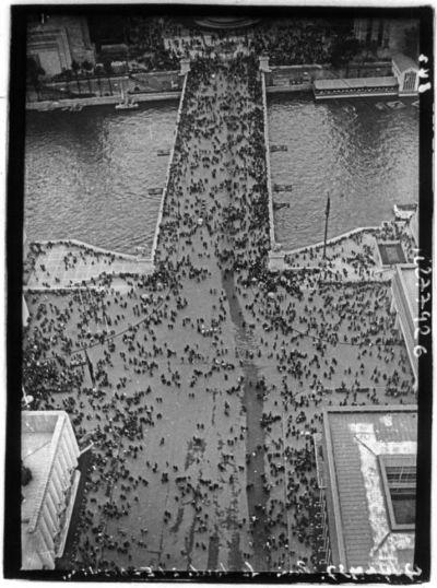 Image from object titled [Exposition internationale des arts et techniques, Paris 1937 : vue aérienne du pont d'Iéna prise de la Tour Eiffel] : [photographie de presse]