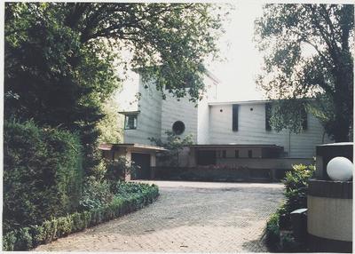 Dr. J.P. Heijelaan 6. Villa Arioso uit 1937, van bekend Nederlands architect. Twee bouwlagen van creme geschilderde bakstenen, vormgegeven door middel van blokvormige           volumes van verschillende hoogtes met platte...