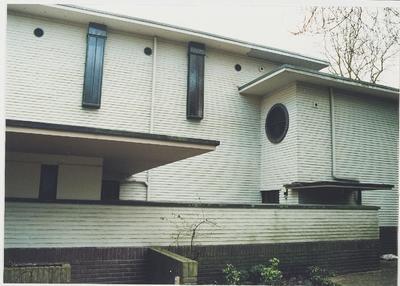 Dr. J.P. Heijelaan 6. Villa Arioso uit 1937, van bekend Nederlands architect. Rechterdeel straatzijde.; Gemeentelijk monument, thans ook Rijksmonument. Architect: H.F. Symons.