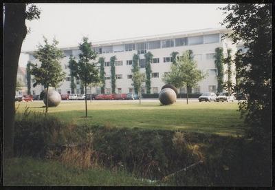 Het hoofdgebouw van de Landbouw Hogeschool aan de Costerweg