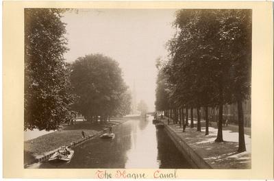 Prinsessegracht gezien naar de Herenbrug, links van het midden op de achtergrond de Oosterkerk aan de Oranjebuitensingel
