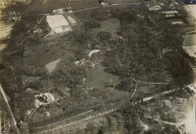 Luchtfoto van Landgoed De Hartekamp en Landgoed De Overplaats.; Op de voorgrond is villa Eikenrode te zien, waar o.a. het Provinciaal Militair Commando was gesitueerd en sedert eind 1980 het filmdistributiebureau van de...