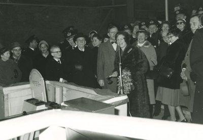 Bouw van de <i>Zeehond</i> (1954-1961) bij de Rotterdamsche Droogdok Maatschappij (RDM).<br>Mevrouw A. Kruys-Troll staat gereed om de           <i>Zeehond</i> te water te laten.<br>Schuin achter mevrouw A. Kruys-Troll...
