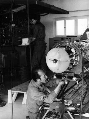 Image from object titled Monteurs checken binnenkant van een Hawk raket.; Staande monteur is Sgt I Zondag en knielende monteur is Sgt I Komans, beiden van het 423 Sqn.
