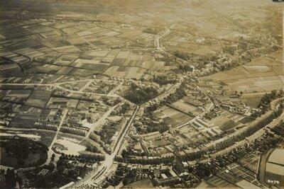 Luchtfoto van Breda met links de zuidelijk vijver in het Wilhelminapark.De weg van midden onder schuin rechts naar boven is de           Ginnekenweg.De weg aan de onderzijde naar rechts is de Baronielaan met de...