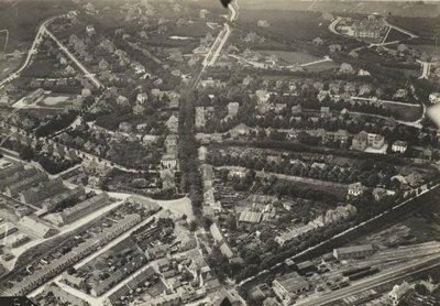 Image from object titled Luchtfoto van Amersfoort, met de voormalige H.S.M. Werkplaats aan de Utrechtscheweg. De sporen zijn die van de oude lijn Amersfoort-Kesteren