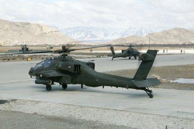 Apaches op de taxiebaan gedurende de ISAF missie.
