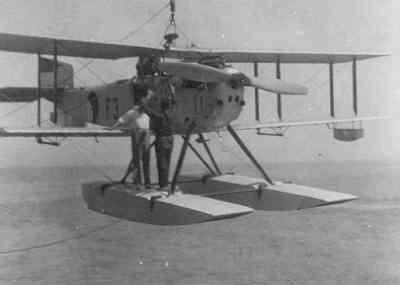 Image from object titled Kruiser watervliegtuig Fairey III D (1925-1930), registratienummer F-3, wordt aan boord van kruiser Hr.Ms. Sumatra (1926-1942) gehesen
